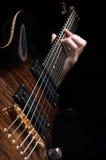 Играть винтажную коричневую гитару Стоковые Фотографии RF