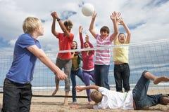 играть волейбол подростков стоковая фотография