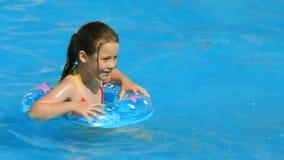 Играть в бассейне