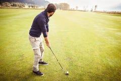 Играть в большом поле для гольфа Стоковое фото RF