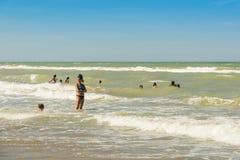 Играть в волнах на пляже Марины Silvi стоковое фото