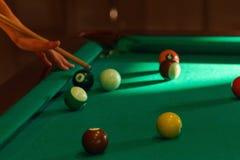 Играть в деятельности при бассейна биллиарда Стоковое Фото