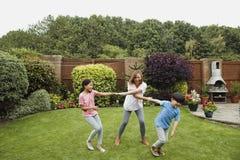Играть в саде с мамой Стоковое Фото