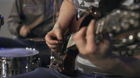 Играть гитариста Конец-вверх arlington сток-видео
