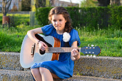 Играть гитару Стоковые Изображения RF