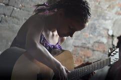 играть гитары девушки подростковый Стоковое Изображение