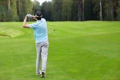 играть гольфа стоковое изображение