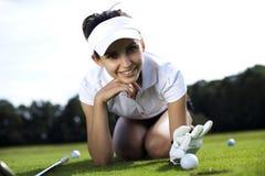 играть гольфа девушки Стоковая Фотография RF