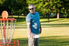 Играть гольф диска стоковая фотография