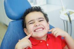 Играть дантиста в зубоврачебном офисе стоковое фото rf