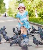 играть девушки голубей счастливый двухклассный Стоковое фото RF