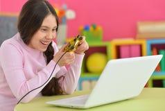 играть девушки компютерной игры Стоковое Фото