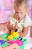 играть девушки настольной игры стоковое изображение rf