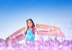Играть девушки пилотный в поле лаванды на солнечном дне Стоковая Фотография RF