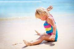 играть девушки пляжа младенца Стоковые Фото