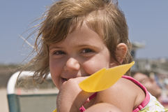 играть девушки пляжа счастливый Стоковое Фото