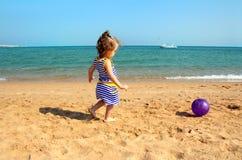 играть девушки пляжа шарика Стоковое Изображение