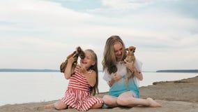 Играть 2 детей который выслеживает на песке на пляже Стоковая Фотография RF