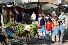 Играть детей на улице Индии стоковое изображение rf