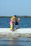 играть детей пляжа Стоковое Изображение RF