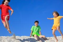 играть детей пляжа стоковые фото