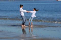 играть детей пляжа Стоковое фото RF
