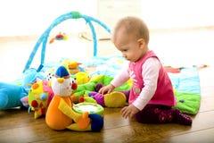 играть дома младенца стоковые фото