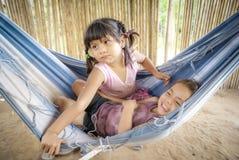 Играть девушек в гамаке в Боливии Стоковое фото RF