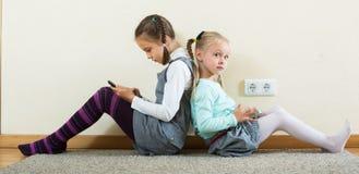 Играть девушек онлайн с телефонами Стоковые Фото
