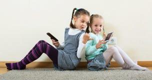 Играть девушек онлайн с телефонами Стоковое Фото