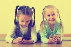 Играть девушек онлайн с телефонами Стоковые Изображения