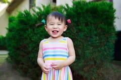 Играть девушки малыша внешний стоковое фото rf