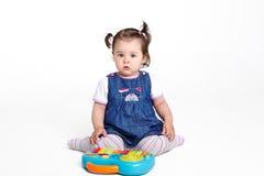 Играть девушки одного годовалый с музыкальной игрушкой Стоковое Изображение