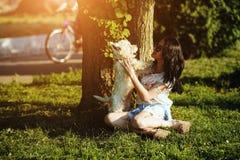 играть девушки собаки Стоковое Изображение
