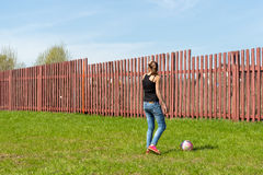 играть девушки шарика Стоковое Изображение