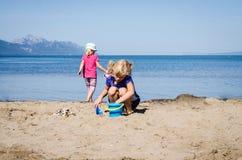 играть девушок пляжа Стоковое Изображение RF