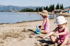 играть девушок пляжа Стоковая Фотография