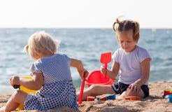 играть девушок пляжа Стоковое фото RF