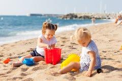 играть девушок пляжа Стоковые Изображения RF
