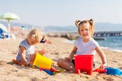 играть девушок пляжа Стоковое Фото
