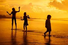 играть детей пляжа счастливый Стоковая Фотография