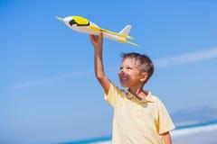 играть змея мальчика пляжа Стоковое Изображение