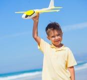 играть змея мальчика пляжа Стоковая Фотография