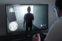 Играть игры консоли или концепцию наркомании видеоигры стоковое фото