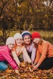 играть листьев девушок Стоковые Фотографии RF