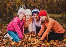 играть листьев девушок Стоковая Фотография