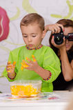 Играть и мать мальчика принимая фото Стоковое Изображение RF