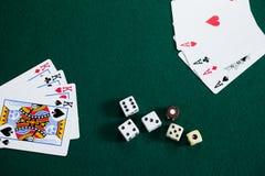 Играть карточки и dices на таблице покера Стоковое Изображение