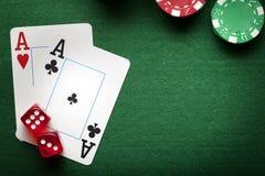 Играть карточки, обломоки покера, и dices на таблице Стоковое фото RF