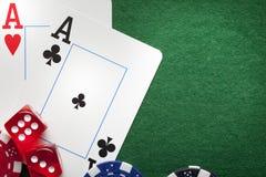 Играть карточки, обломоки покера, и dices Стоковые Изображения RF